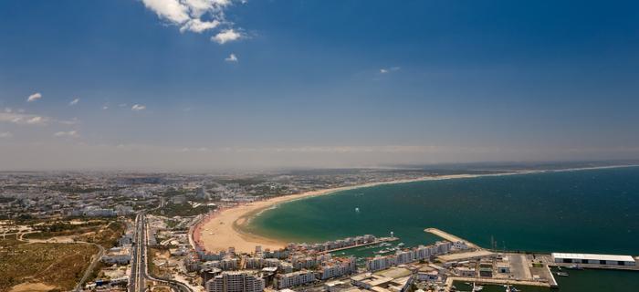 Widok na plażę w Agadirze ze wzgórza Kasbah