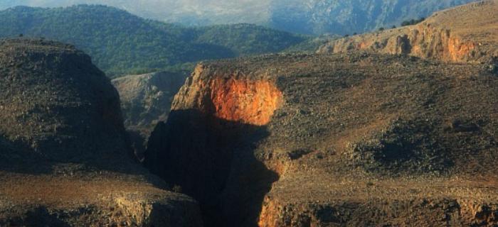 Widok z promu na wąwóz Samaria. Idealne uchwycenie przestrzeni międzyskalnej.