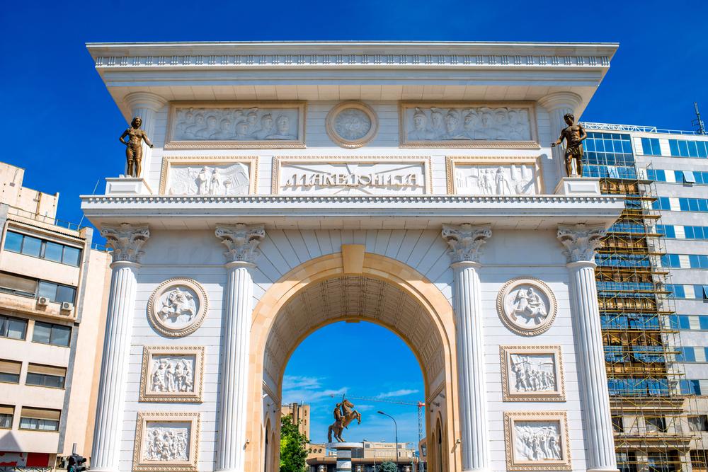 Porta Macedonia, łuk triumfalny z płaskorzeźbami obrazującymi wydarzenia z macedońskiej historii